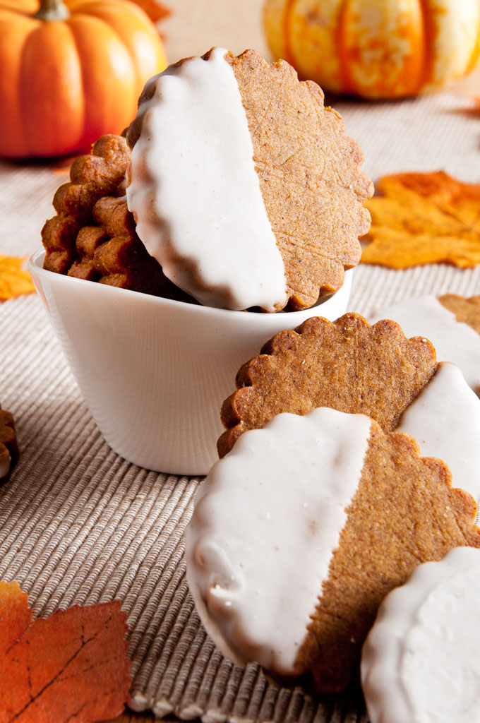 Brown Butter Pumpkin Shortbread. Finally, a pumpkin cookie that's crispy | ibakeheshoots.com
