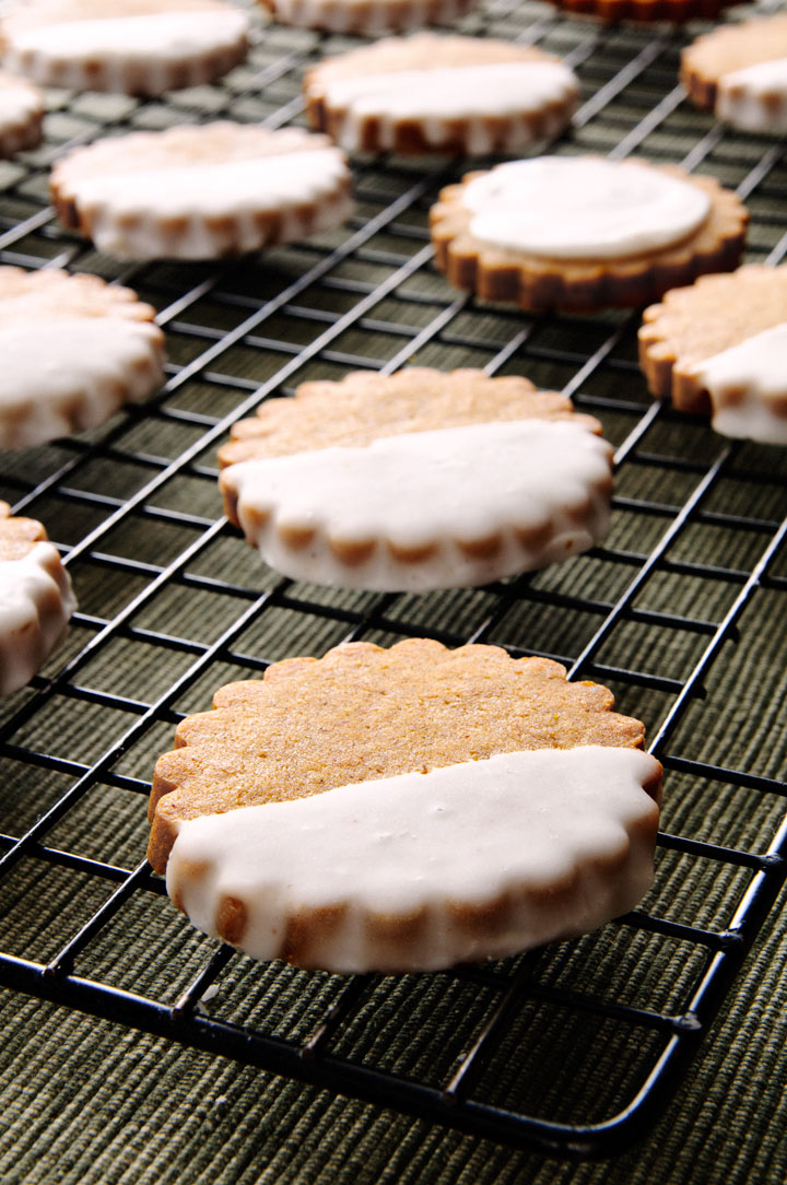 Brown Butter Pumpkin Shortbread. Finally, a pumpkin cookie that's crispy | ibakeheshoots.com