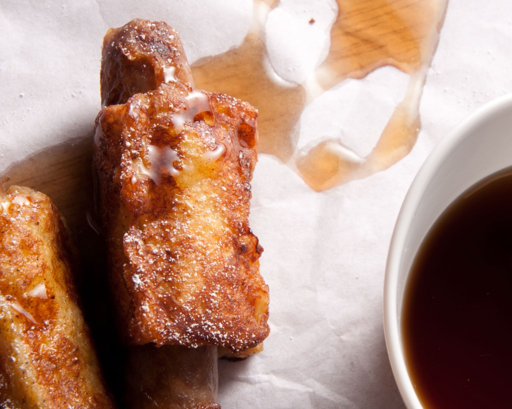 Want to upgrade your boyfriend's breakfast in bed? Bring him French Toast Sausages dusted with powdered sugar| ibakeheshoots.com