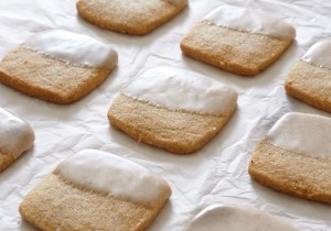 Fall is here, so grab a hot cuppa and some chai spiced shortbread for that perfect afternoon snack. | ibakeheshoots.com